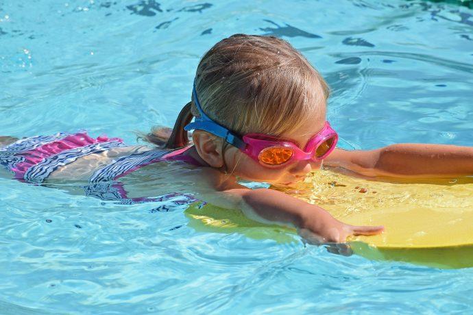 連休や週末はプールも温泉も混雑
